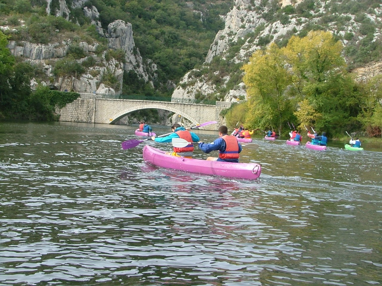 Activité canoe kayak pour un groupe lors d'un séminaire d'entreprise