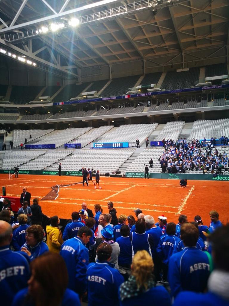 Fin de rencontre de Coupe Davis, entretien du court à Lille