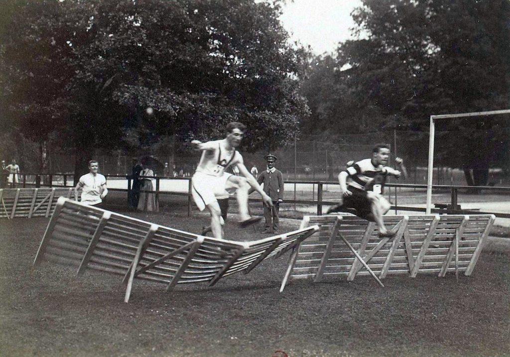 Jeux Olympiques - Le 110m haies en 1900 avec des obstacles en bois