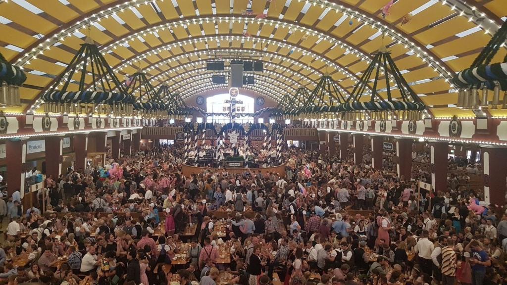 Une tente sous l'Oktoberfest avec plus de 6 000 personnes !