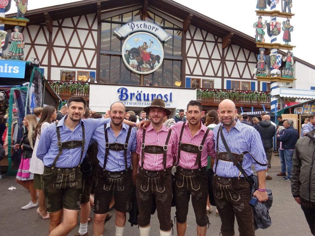 La tenue traditionnelle des hommes à l'Oktoberfest : le lederhose